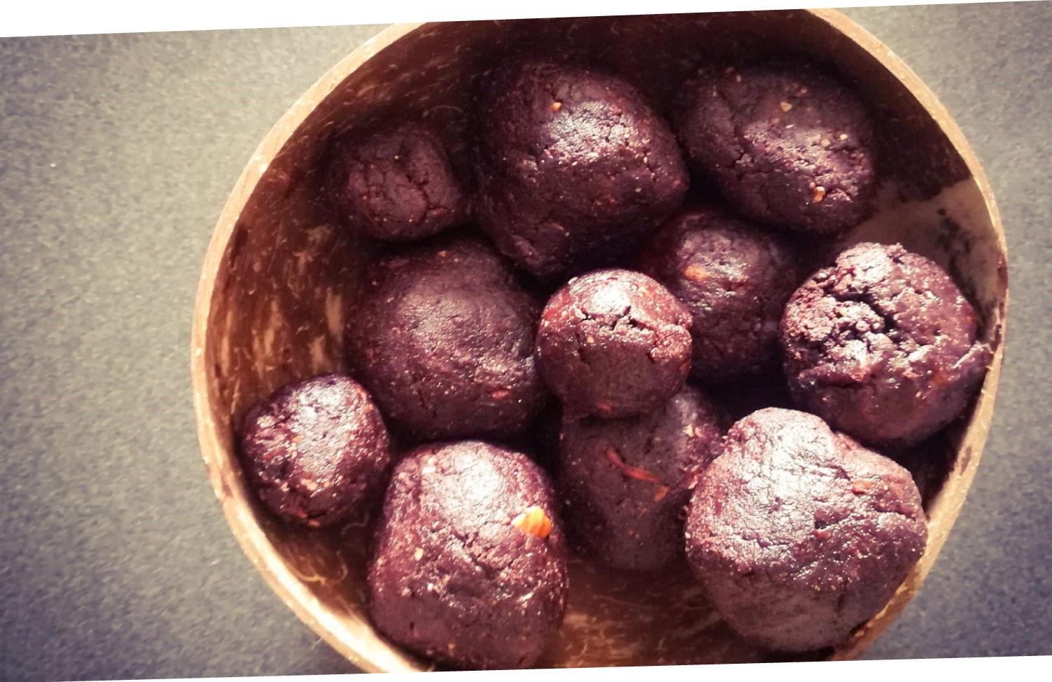 ramona-debono-Chocolate-Lover-Smoothie-Bowl-balls-ready-2