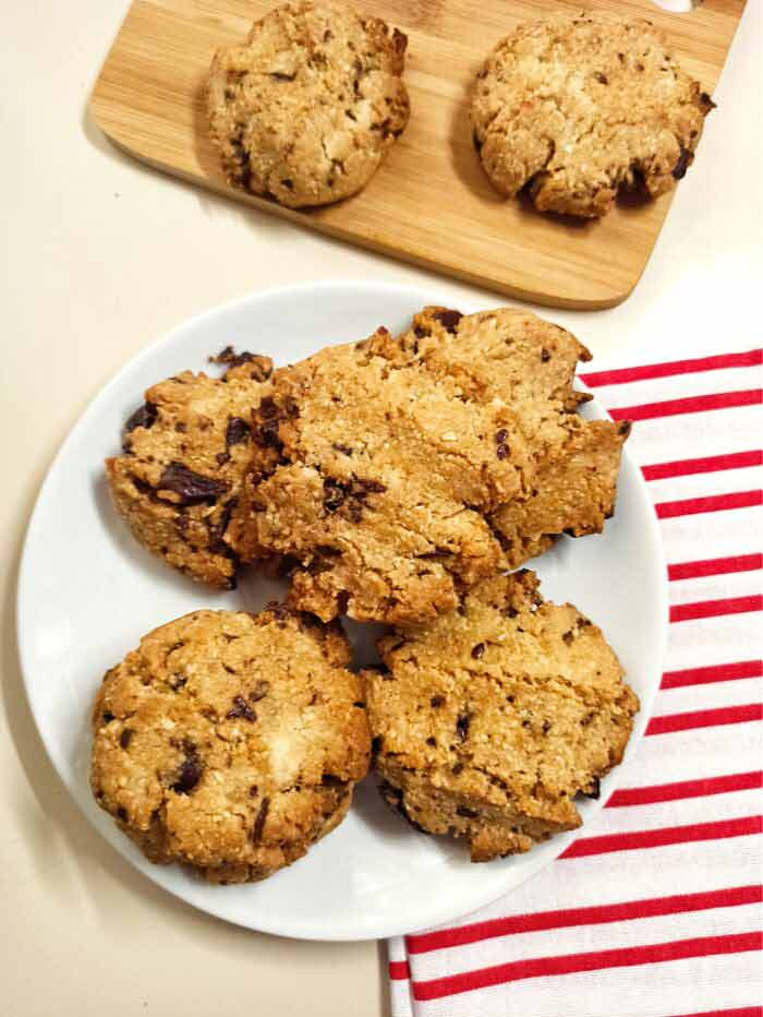 almond-chocolate-chip-cookies